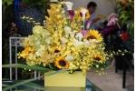Cách cắm lẵng hoa vàng làm sáng rực không gian
